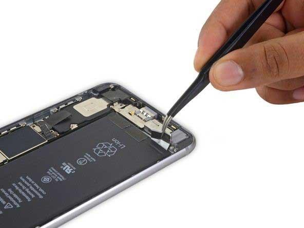 باز کردن لبه چسب های نگهدارنده باتری iphone 6s plus