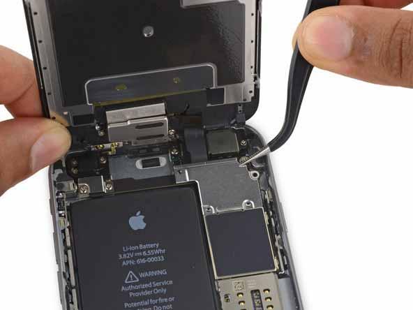 برداشتن براکت گوشه سمت راست و بالای پنل iphone 6s plus