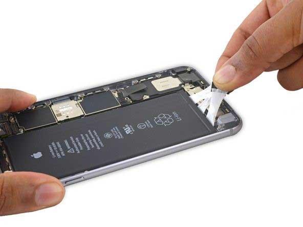 کشیدن چسب های نگهدارنده باتری iphone 6s plus