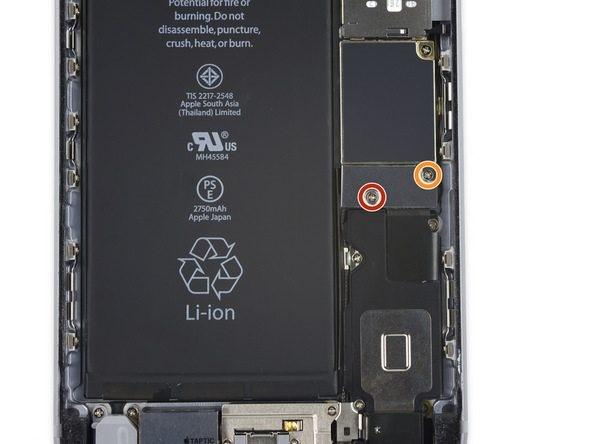 باز کردن پیچ های براکت کانکتور باتری iphone 6s plus